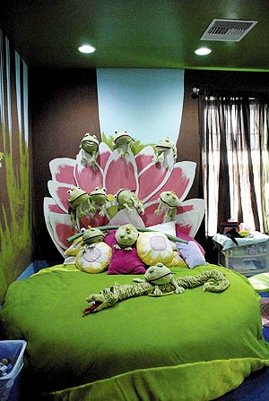 Gwendolyn Yazzie S Bedroom Decorated With Water Lilies And Various Designs Using Frogs In The New Home Built By The Extreme Makeover Crew